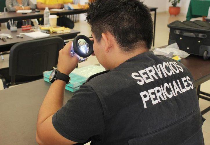 En Yucatán, la policía cibernética recibe hasta tres denuncias, cada mes, por fraudes en compras vía internet. La imagen, de un perito que revista autenticidad de un producto, está utilizada sólo como ilustración. (Archivo/Milenio Novedades)