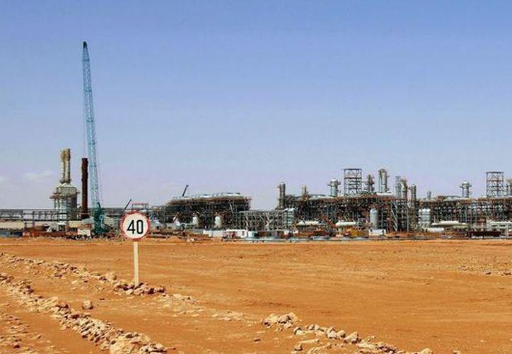 Planta de tratamiento de gas en In Amenas (Argelia), que fue atacada por salafistas y liberada el sábado por militares. (EFE)