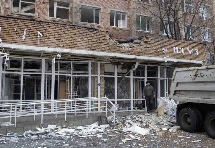 Vista de la entrada a un hospital tras sufrir un bombardeo en Donetsk, Ucrania. (Archivo/EFE)