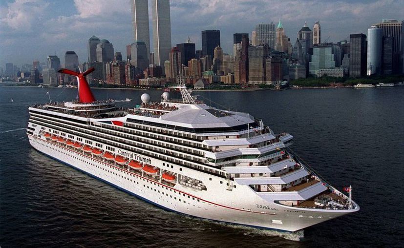 """El """"Carnival Triumph"""" abandona el puerto de Nueva York durante su viaje inaugural en 1999. (AP)"""