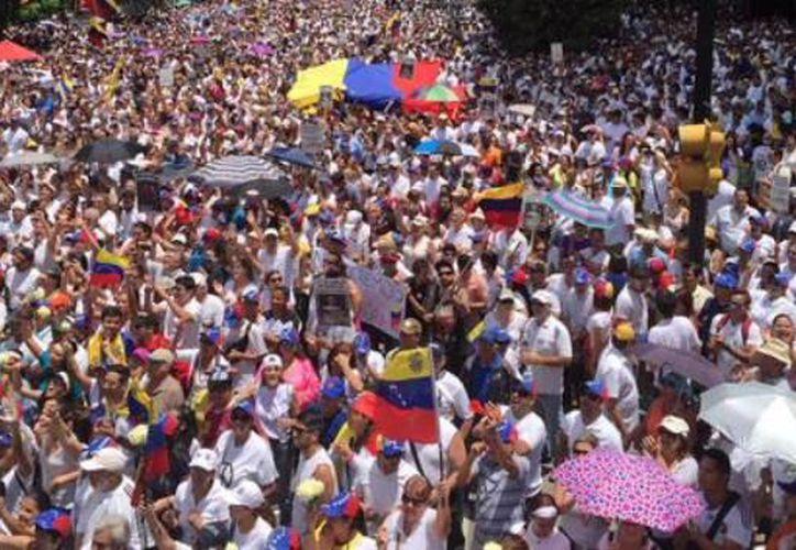 Bajo fuerte tensión, la oposición venezolana comenzó una huelga de 48 horas.(@liliantintori)