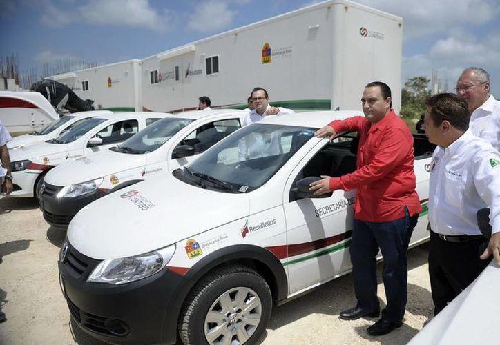El gobernador entregó a la Sesa 39 unidades utilitarias. (Cortesía/SIPSE)