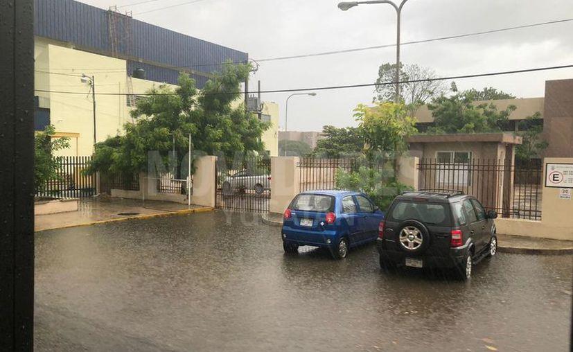 Fuerte lluvia en el oriente de Mérida. (Novedades Yucatán)