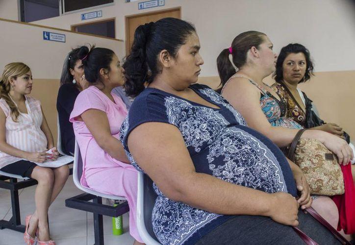 El brote del virus del zika ya es considerado por la OMS como emergencia internacional. En la foto, mujeres esperan por estudios prenatales en El Salvador, uno de los países donde se han registrado casos de la enfermedad. Se teme que el zika tenga relación con microcefalia en recién nacidos. (AP)