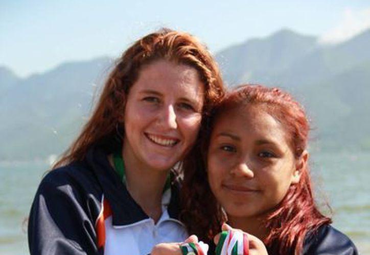 Briseida Domínguez Escamilla y Ceiba Aguayo Guiet, se llevan oro en K-1, en la prueba de mil metros. (Raúl Caballero/SIPSE)