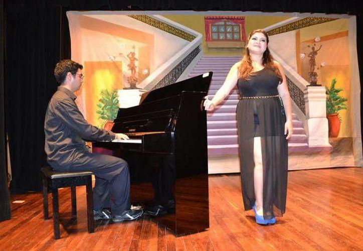 Arlette Sierra acompañada por el pianista Marco Mosquera durante un concierto en 2014. La soprano yucateca se presentará en el Centro Cultural Olimpo los días 17, 19 y 21 de diciembre. (Archivo SIPSE)