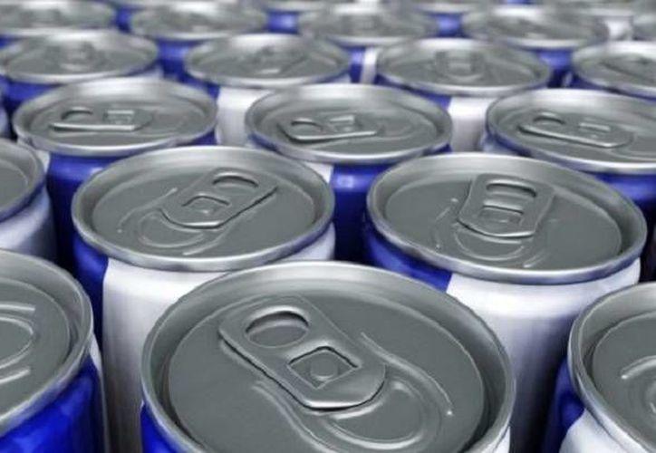 Las bebidas energizantes pueden tener graves consecuencias en la salud. (omicrono.elespanol.com)