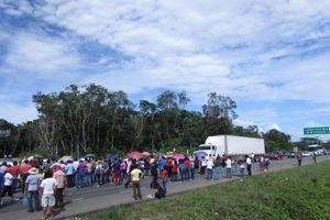 Maestros bloquean carretera federal en Felipe Carrillo Puerto