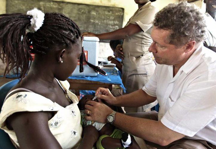 Director ejecutivo de GAVI, vacunando a una joven en el pueblo ghanés de Amanfro durante una visita a ese país para celebrar el lanzamiento simultáneo de las vacunas contra el neumococo y el rotavirus. (EFE)