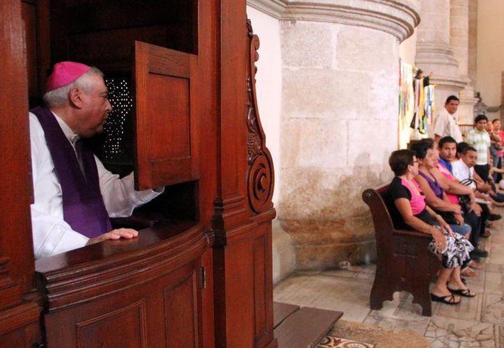 Mons. Emilio Carlos Berlie Belaunzarán escuchó la confesión de algunos feligreses en la S. I. Catedral. (José Acosta/Milenio Novedades)