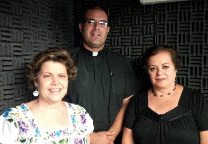 Alis García, el padre Rubén Ríos y Esperanza Nieto, condujeron la emisión. (Milenio Novedades)