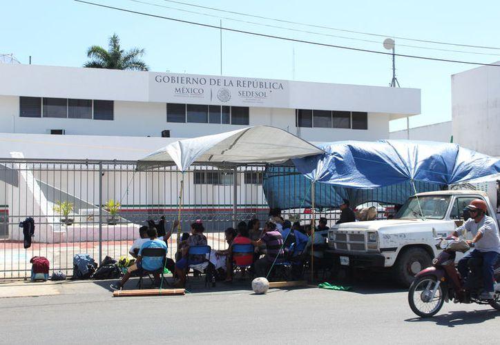 Los manifestantes instalaron lonas para protegerse de las inclemencias del clima. (Joel Zamora/SIPSE)
