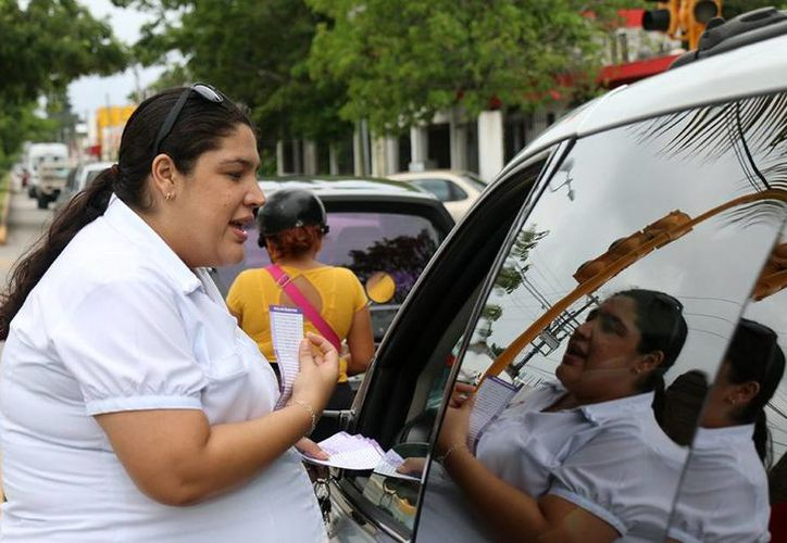 Las autoridades del DIF de Cozumel salieron a la calles a repartir los violentómetros. (Redacción/SIPSE)