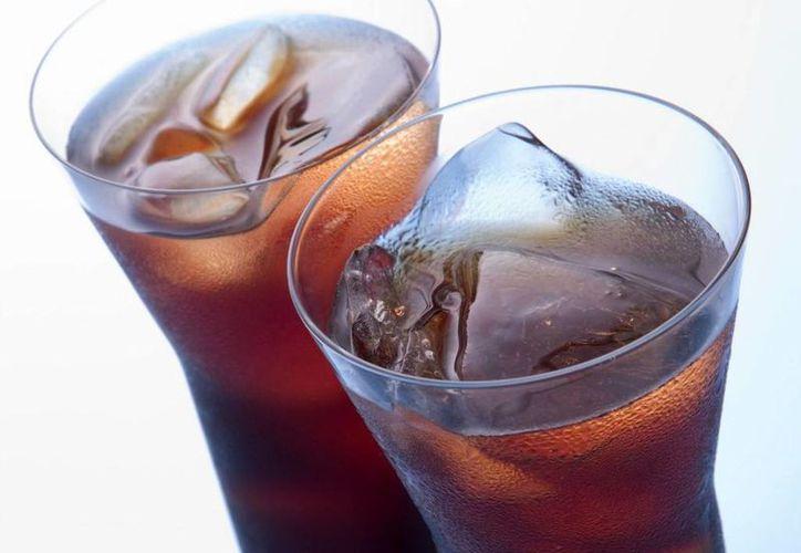 Los mexicanos consumen 108 litros de bebidas carbonatadas al año. (SIPSE)