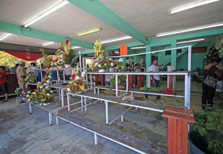 Las florerías lucieron casi vacías después de las 14 horas; los arreglos florales 'volaron'. (Harold Alcocer/SIPSE)