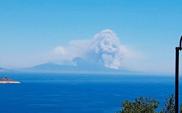 Una nube de humo con forma de cráneo humano se elevó por encima del monte. (Foto: RT)