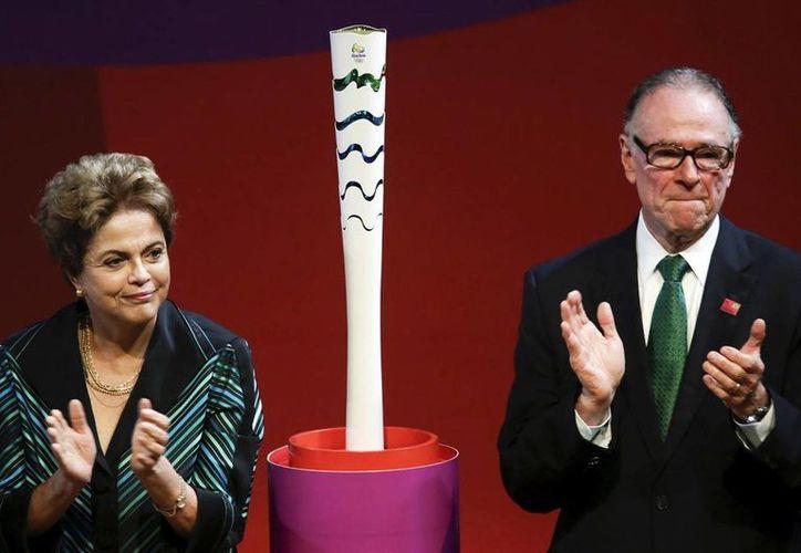 La presidenta de Brasil, Dilma Rousseff, quien atraviesa un escándalo de corrupción junto al presidente del comité organizador de los Juegos Olímpicos de Río, Carlos Nuzman. Este último ha declarado que la crisis económica por la que atraviesa Brasil es un factor determinante para la realización de la justa deportiva. (Archivo AP)