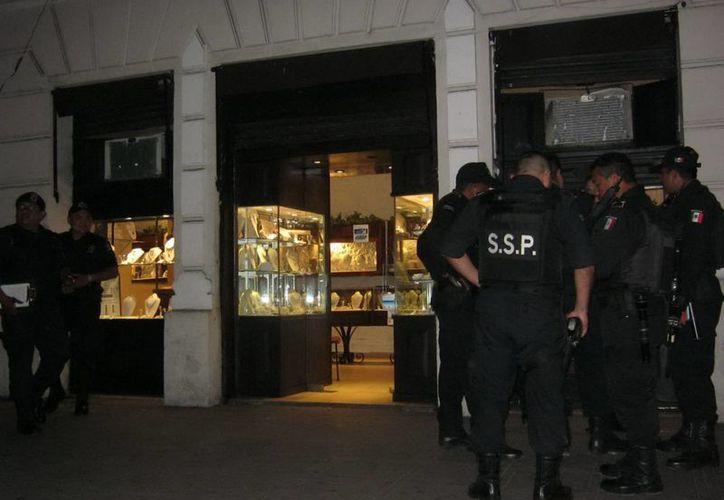 El solitario asaltante se llevó un botín calculado en 30 mil pesos de la joyería Colonial, en el centro de Mérida. (Emmanuel Palomo/SIPSE)