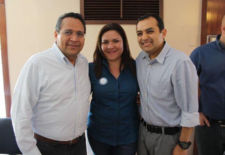 Juan Manuel Oliva, Rosa Adriana Díaz Lizama y Ernesto Cordero, durante la visita de marzo pasado del aspirante a dirigir el PAN Nacional. (SIPSE)