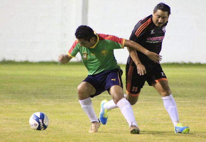 Sorprendente empate 6-6 en autentica feria de goles que protagonizaron Barlovento y T-Rex. (Miguel Maldonado/SIPSE)