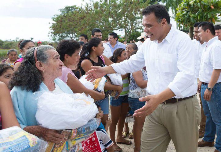 El gobernador Rolando Zapata Bello saluda a la gente durante su gira dominical. (SIPSE)