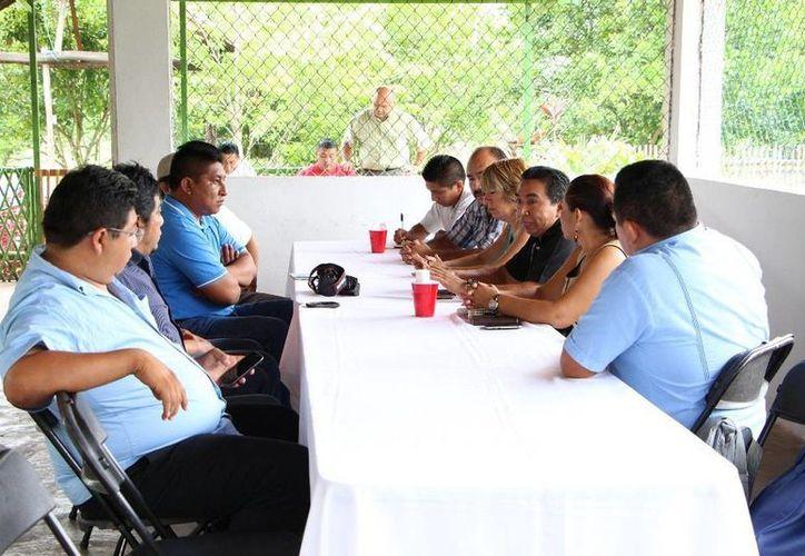 Autoridades y comunicadores durante un desayuno. (Raúl Balam/SIPSE)