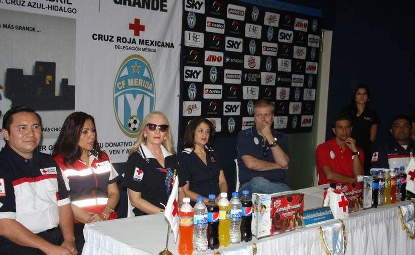a delegada de la Cruz Roja, Michelle Byrne de Rodríguez (de lentes negros) se reunió ayer con la directiva del CF Mérida. (Marco Moreno/SIPSE)
