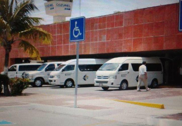 Camionetas que transportan a los turistas del aeropuerto a sus respectivos hoteles. (Cortesía/SIPSE)