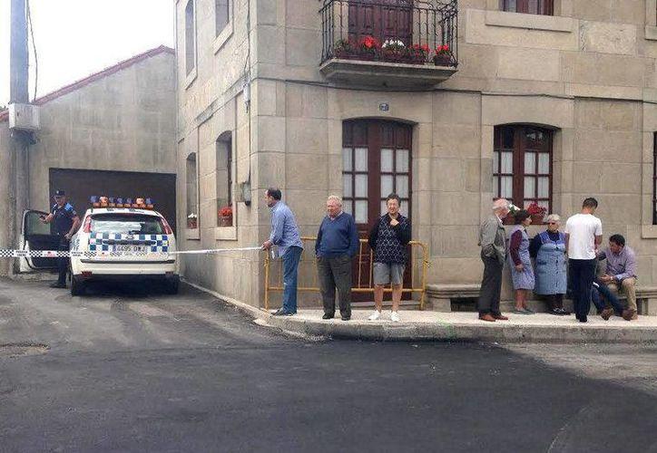 El sujeto que asesinó a sus dos hijas en un pueblo en Galicia, España, las habría ultimado con una especie de sierra. (EFE)