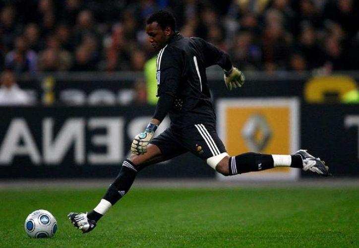 Mandanda, del Marsella, perdió la consciencia este sábado durante la victoria 1-0 sobre Guingamp en la Liga de Francia. (zimbio.com)