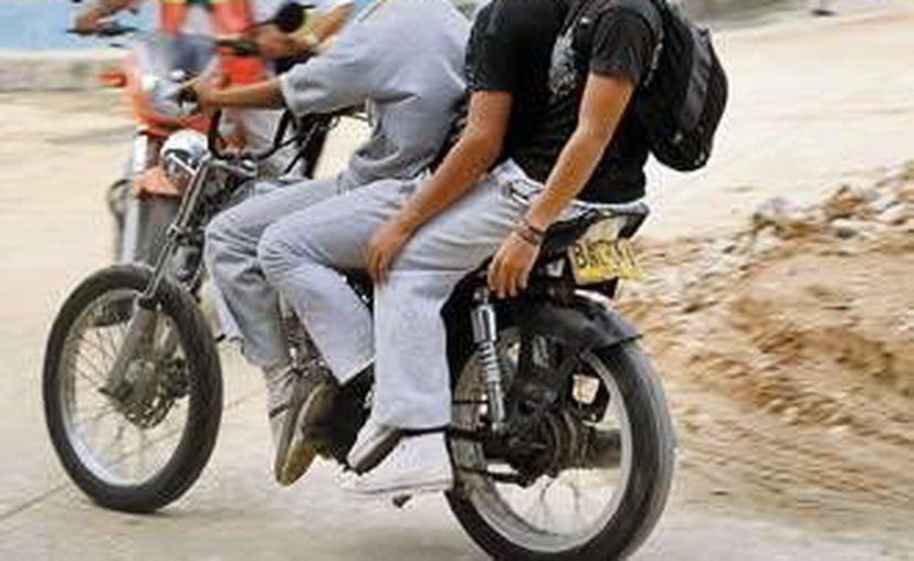 Algunos jóvenes exceden el número de pasajeros en este tipo de vehículos en Progreso, además de que no usan el casco protector reglamentario. (SIPSE)