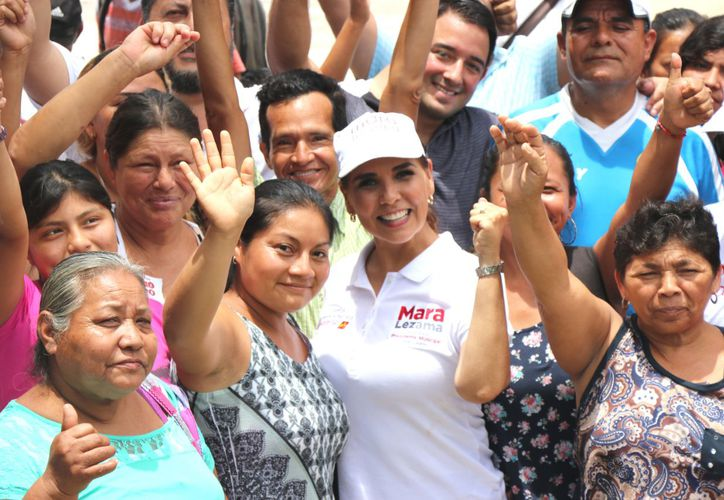 Mara Lezama recibió el apoyo de la gente durante un recorrido por el tianguis de la Región 103. (Redacción/SIPSE)
