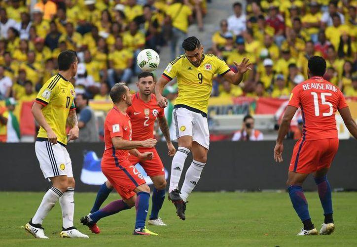 La selección de Colombia sube al tercer sitio con 18 unidades, en espera de los demás resultados de la jornada. (Facebook/ AP)