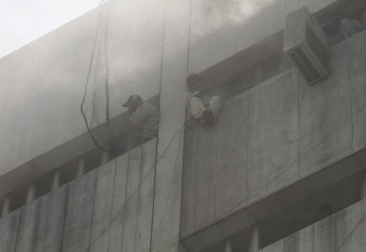 Dos hombres esperan ser rescatados. (EFE)