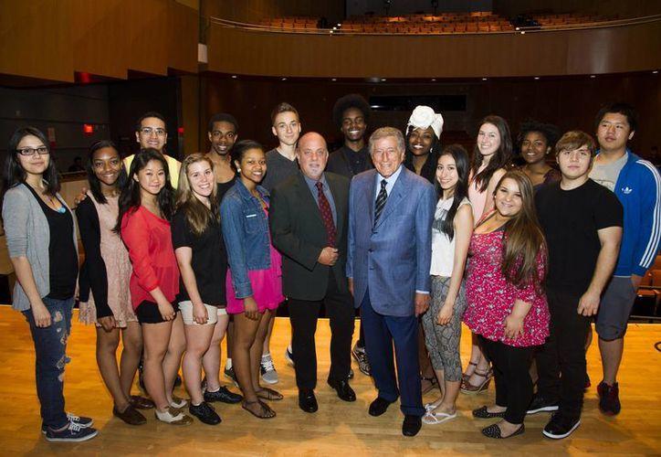 Billy Joel (al centro, calvo) confesó que no se graduó de la secundaria porque 'le ganaba' ir a tocar el piano. (Agencias)