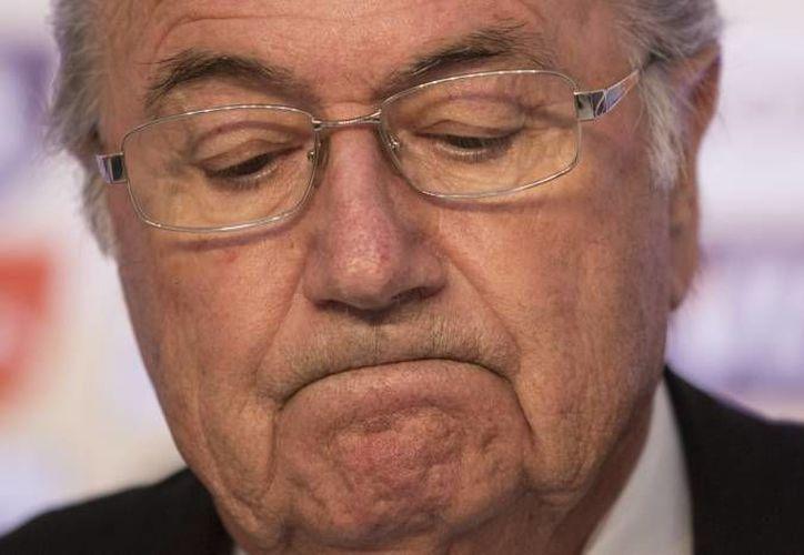 Blatter llamó a los árbitros a hacer que los jugadores que fingieron estar muy lesionados esperen en la línea de banda el tiempo suficiente para que su ausencia afecte a su equipo. (Agencias)