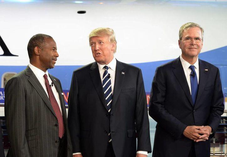Los candidatos republicanos a la Presidencia Ben Carson (i), Donald Trump (c) y Jeb Bush (d) participan en el Debate de Candidatos Republicanos a la Presidencia, en Simi valley, California. (EFE)