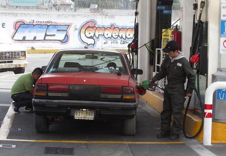Los despachadores de gasolina tienen un salario mínimo especial diario de 86.84 pesos. (Notimex)
