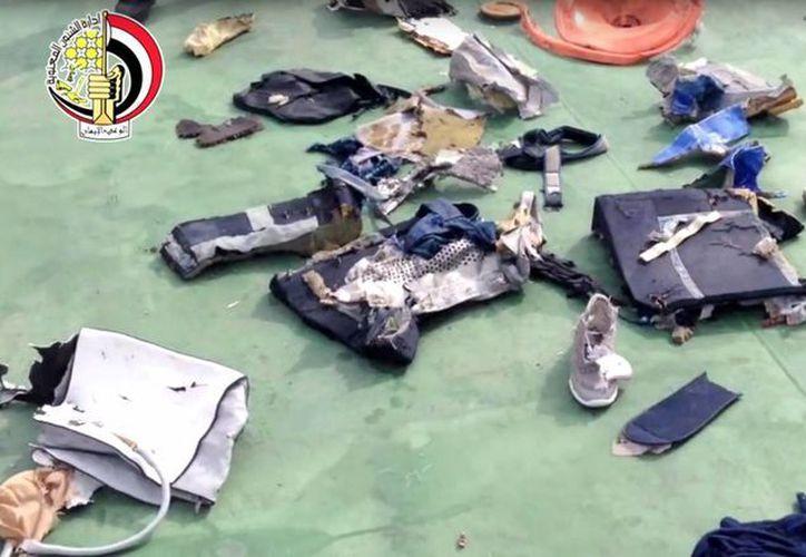 Captura de pantalla del vídeo publicado el 21 de mayo de 2016, en la página de Facebook del portavoz de Fuerzas Armadas de Egipto, que muestra algunas pertenencias personales y otros restos del vuelo 804 EgyptAir. ((Egyptian Armed Forces via AP)