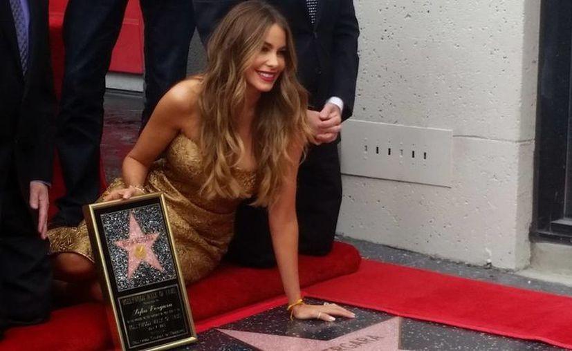 Sofía Vergara, quien narrará en español e inglés libros para niños, aparece en esta foto al recibir su Estrella en el Paseo de la Fama de Hollywood. en abril. (Notimex)