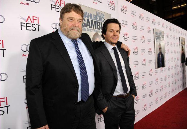 Imagen de Mark Wahlberg (derecha) acompañado de John Goodman, miembros del reparto de la cinta The Gambler durante su estreno en el AFI Fest 2014. (Agencias)