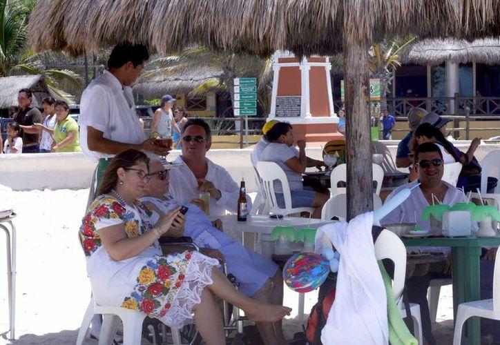 La costa yucateca recibe a un importante número de visitantes nacionales durante la época veraniega. (Christian Ayala/SIPSE)