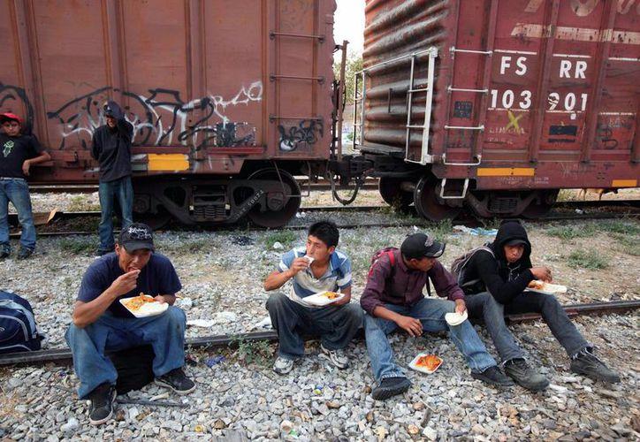 Aseguran que habrá hasta 10 mil deportados yucatecos, ya que tienen antecedentes penales. Imagen de contexto de un grupo de migrantes rumbo a EU. (Agencias)