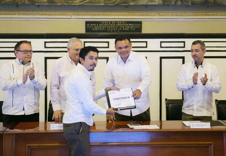 El gobernador Rolando Zapata durante la entrega de constancias de acreditación a 31 empresas yucatecas del sector de las tecnologías de la información y comunicación (TIC), beneficiadas con apoyos del Prosoft. (Foto cortesía del Gobierno de Yucatán)