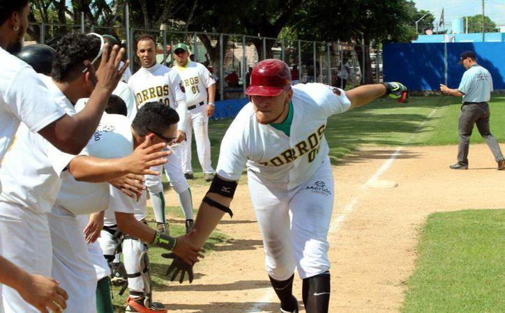 El senador Miguel Piña obtuvo su cuarto triunfo de la temporada en la Liga Meridana. En la foto, los jugadores de la Morelos celebran el triunfo ante Constructores de Cordemex.(Milenio Novedades)
