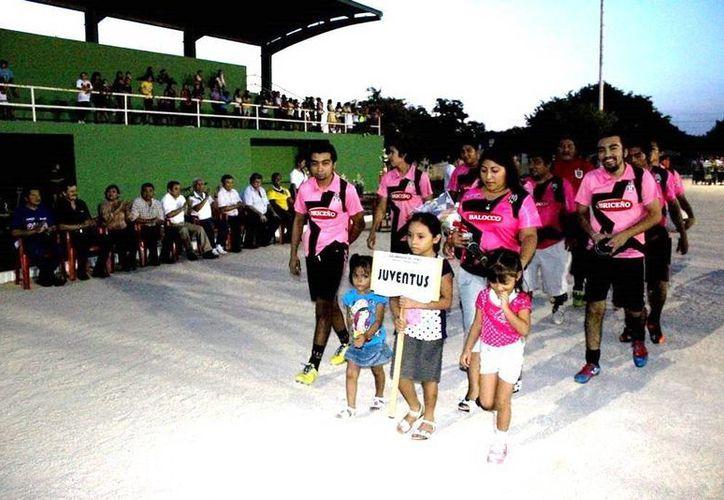 Foto del desfile de los equipos participantes en la Unidad Deportiva Siglo XXI de Umán. (Milenio Novedades)