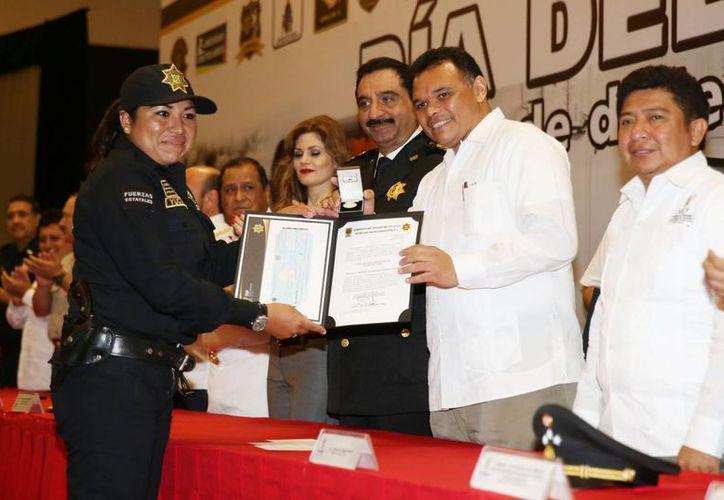 El gobernador de Yucatán entregó estímulos a policías con varios años de servicio en la SSP. (SIPSE)