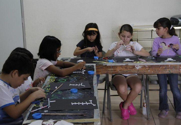 """Los pequeños a realizaron """"calaveras"""" alusivas al Día de Muertos con materiales reciclables. (Tomás Álvarez/SIPSE)"""