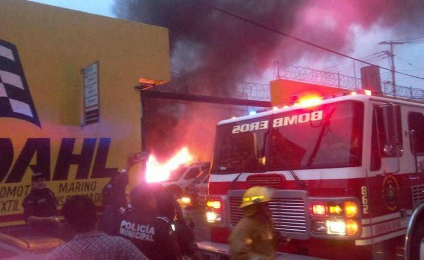Un siniestro en un taller mecánico del Centro de Mérida dañó dos automóviles. (J. Pallota/Milenio Novedades)