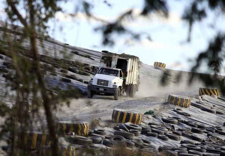 Para los camiones recolectores representa un problema subir la basura. (Milenio Novedades)